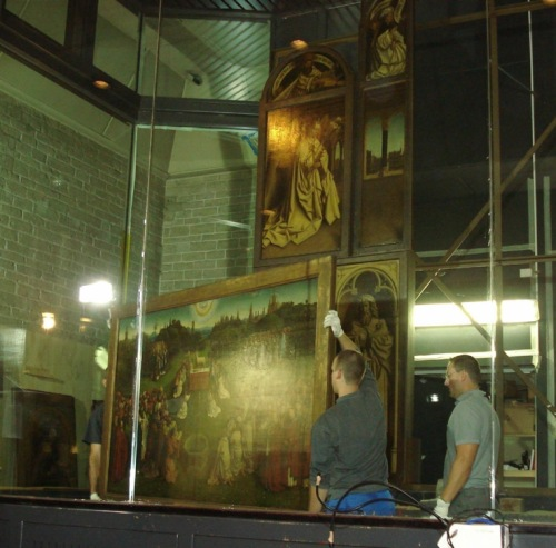 Dismantling the central panel of the Ghent altarpiece