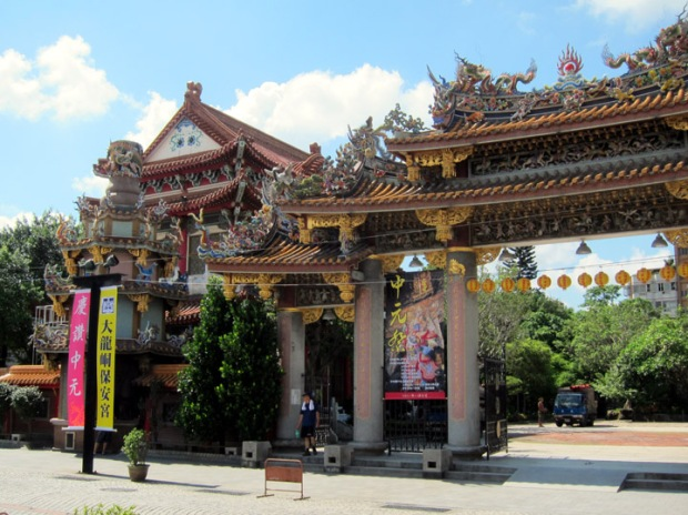 Elaborate gate for the Baoan Temple park