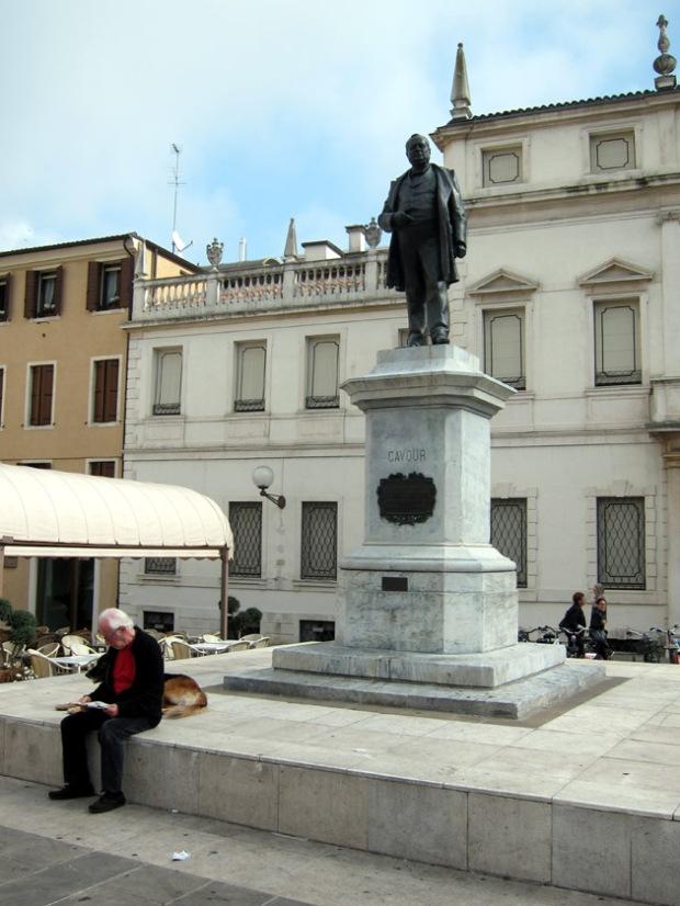piazza Cavour statue
