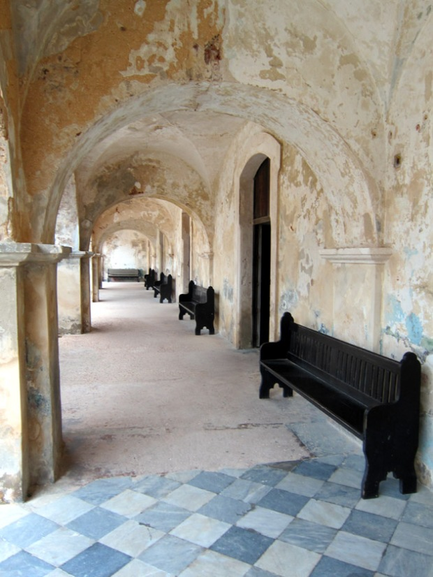 Portico through the domestic areas of the San Cristobal Fort