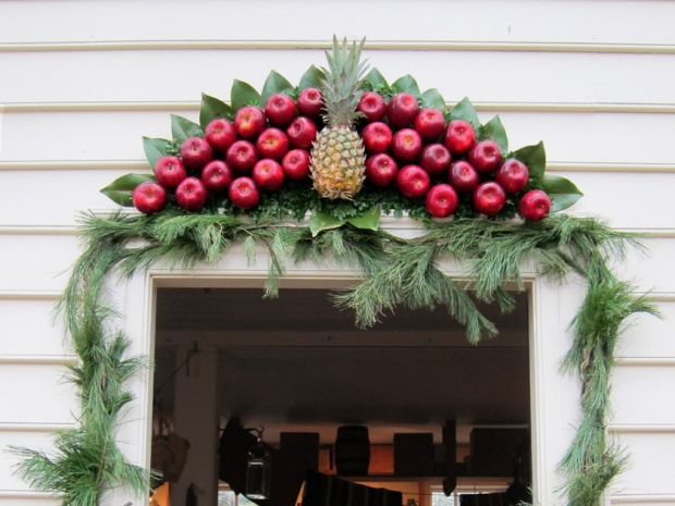 colonial apple and pineapple wreath - Colonial Christmas Decor