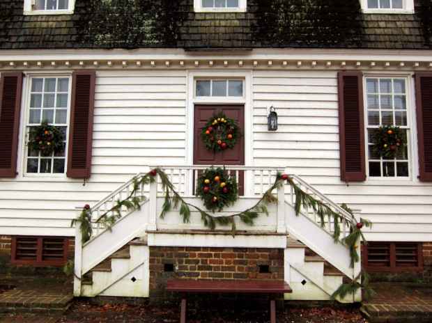 House with colonial Christmas decorations